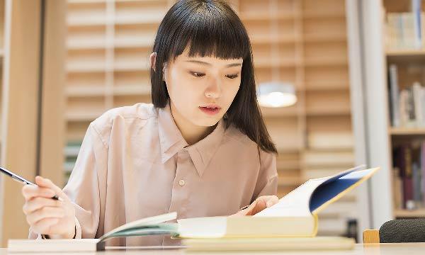 自宅学習する女性